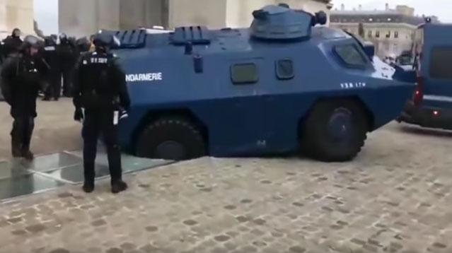 blindé-gendarmerie-embourbé