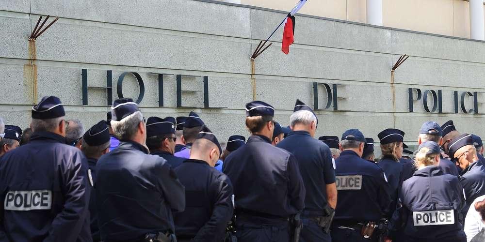 en-2018-35-policiers-et-33-gendarmes-se-sont-suicides-selon-le-ministere-de-l-interieur-ici-en-avril-2019-des-policiers-de-montpellier-se-recueillent-en-memoire-de-leur-collegue-disparu