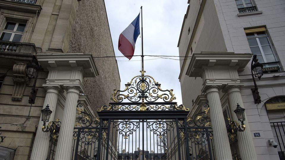 entrree-du-ministere-de-l-interieur-place-beauvau-a-paris_6174022