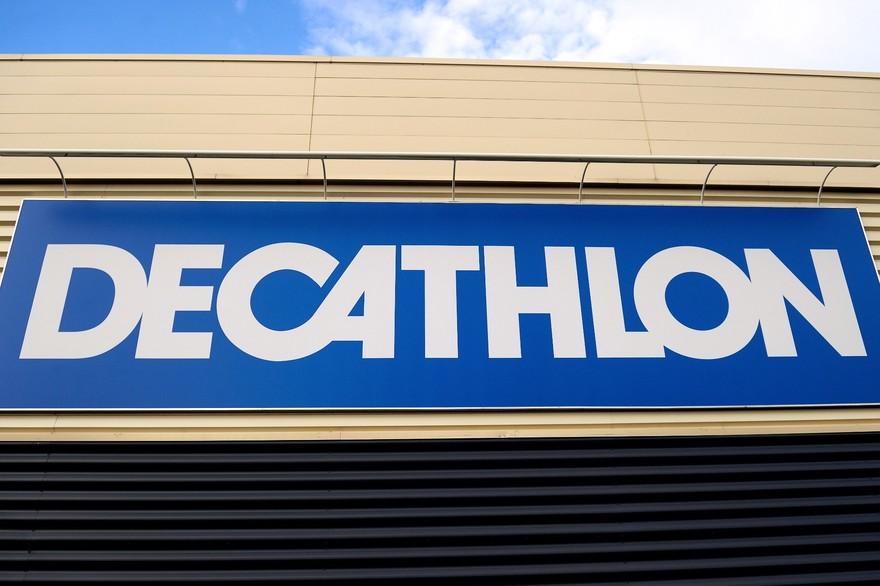 7799553019_la-devanture-d-un-magasin-decathlon-illustration
