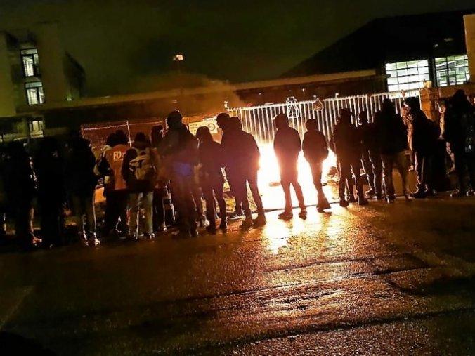 des-manifestants-ont-bloque-le-depot-avec-un-feu-de_5003604_676x507