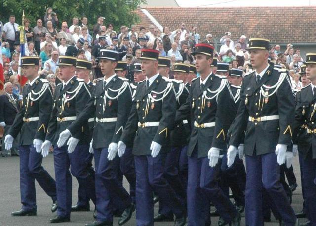 Après douze mois de formation, les 111 élèves gendarmes de la 333 promotion de l'école de gendarmerie ? promotion Aristide-Élie ? ont défilé, hier, à l'occasion de leur baptême de sortie, devant 600 personnes.