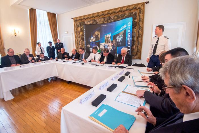 signature-d-une-charte-entre-le-directeur-general-de-la-gendarmerie-nationale-et-des-associations-en-lien-avec-la-gendarmerie._boxlarge