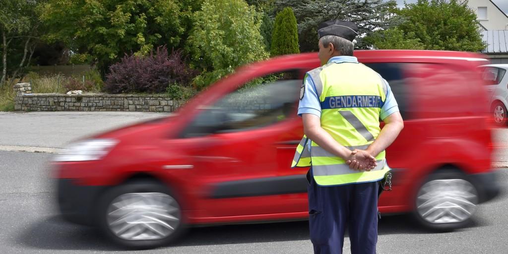 Deux-gendarmes-condamnes-pour-une-fleur-a-un-automobiliste-emeche