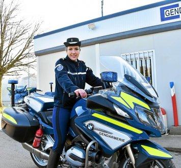 premiere-femme-a-piloter-les-motos-de-la-gendarmerie-en_3874060_355x330p
