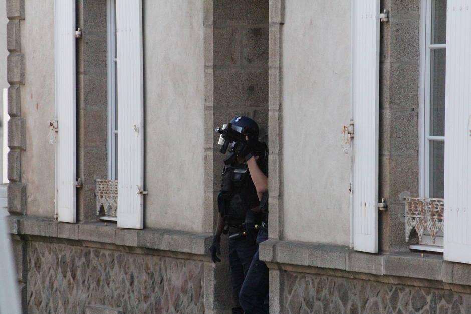 1f6c5243629372eea3ca41a736e180e7-info-ouest-france-vannes-intervention-de-la-gendarmerie-pres-de-la-place-de-la-liberation_1