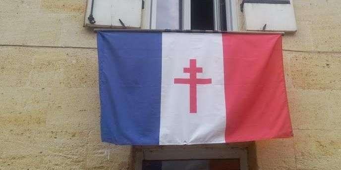 le-drapeau-national-frappe-d-une-croix-de-lorraine-qu-un-riverain-a-accroche-a-sa-facade-a-sainte-terre