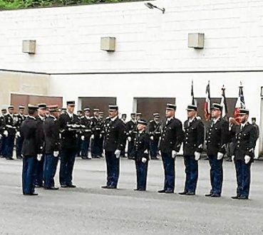 au-cours-de-la-ceremonie-six-gendarmes-ont-ete-mis-a_3992414_369x330p