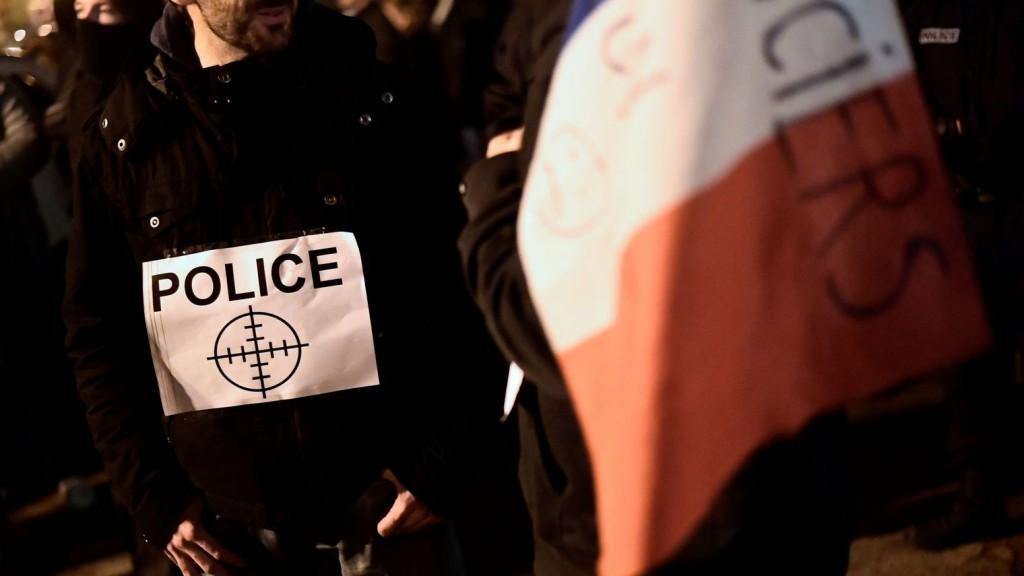 manifestation-de-policiers-a-viry-chatillon-un-mois-apres-l-attaque-dont-ont-ete-victimes-leurs-collegues_5739901