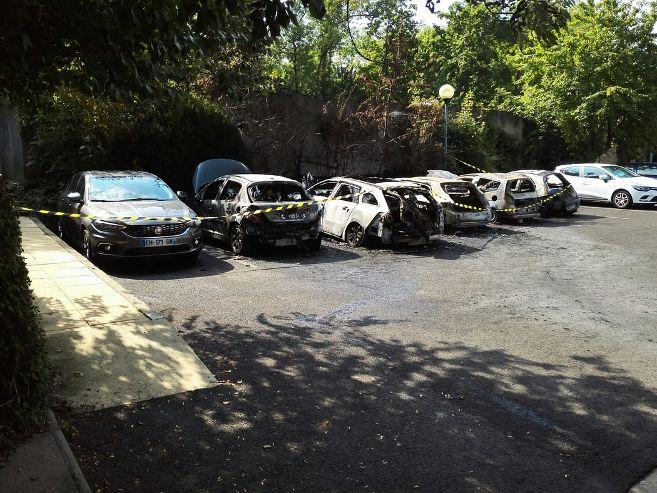 six-voitures-detruites-ou-deteriorees-par-un-incendie-sur-un_3917023