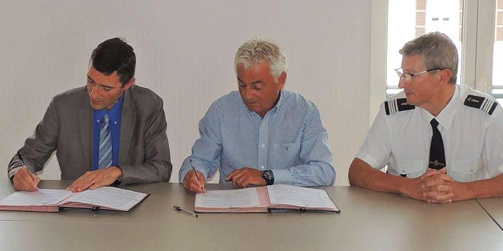 francis-pees-au-centre-et-les-signataires