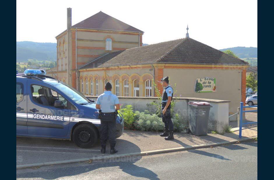 il-y-a-deux-ans-les-gendarmes-assuraient-la-securite-devant-l-ecole-de-la-foret-a-belmont-photo-d-archives-claude-henri-marchand-1535905844