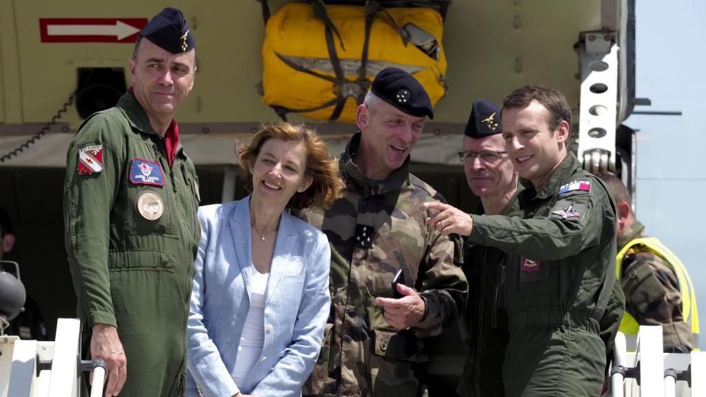 le-president-emmanuel-macron-d-le-general-francois-lecointre-c-et-la-ministre-des-armees-florence-parly-a-la-base-aerienne-d-istres-dans-les-bouches-du-rhone-le-20-juillet-2017_5918976