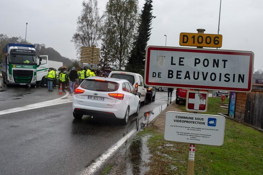 7795611892_une-manifestante-du-mouvement-des-gilets-jaunes-a-ete-fauchee-par-une-voiture-a-pont-de-beauvoisin-en-savoie