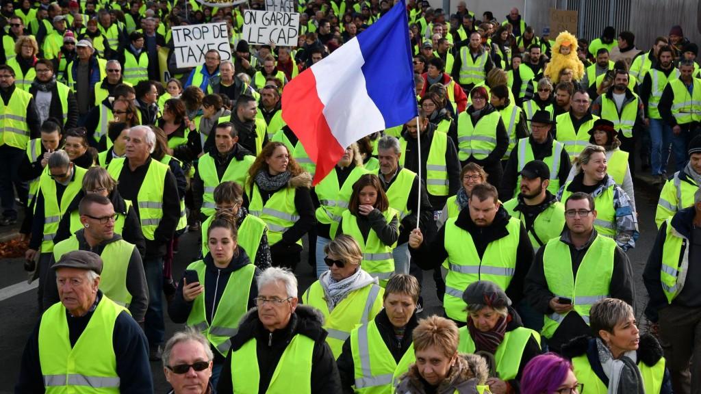des-gilets-jaunes-participent-a-une-manifestation-a-rochefort-le-24-novembre-2018_6133086