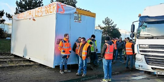 les-manifestants-sont-equipes-de-cabanes-de-chantier-pour_4297688_540x269p