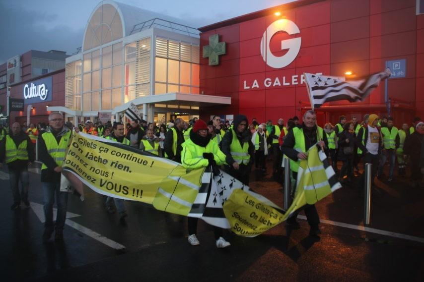 Gilets-jaunes-geant-sortie-IMG_9662-854x569