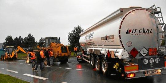 brest-gazole-non-routier-prets-a-liberer-le-depot-petrolier_4305399_540x272p