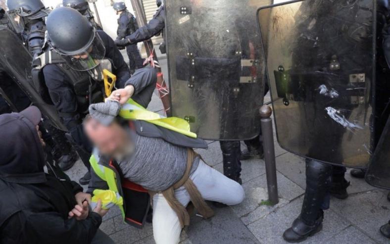gilets-jaunes-8-dc3a9cembre-police-gendarmerie-macron-demission-violences