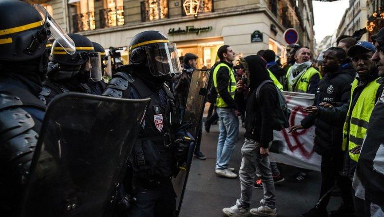gilets-jaunes-c3a9lysc3a9e-police-violence-macron-gendarmerie