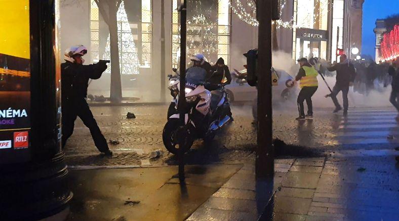 TOPSHOT-CORRECTION-FRANCE-SOCIAL-POLITICS-DEMO-POLICE