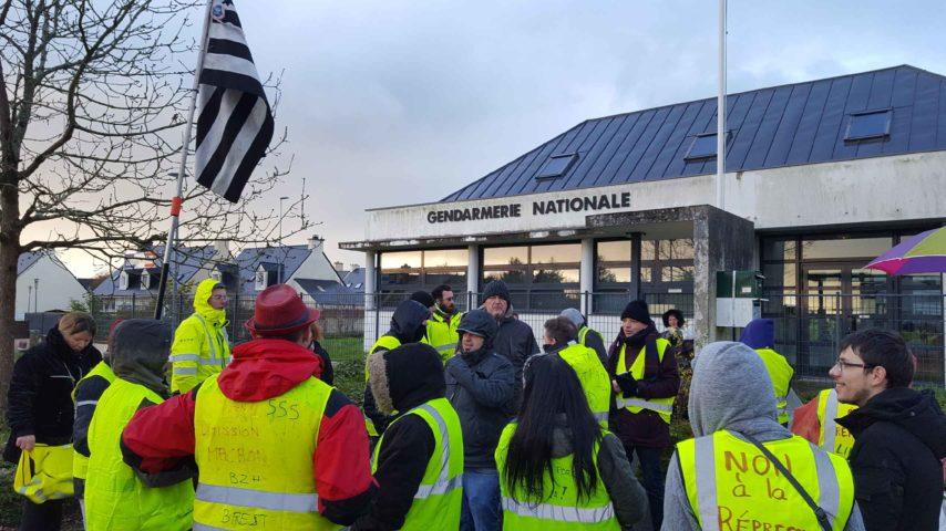 Gilets-jaunes-gendarmerie-guilers-jeudi17janv.19-854x480