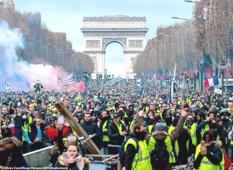 Manifestation-monstrueuse-des-Gilets-jaunes-en-France
