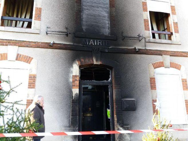 incendie-a-la-mairie-de-bonnee_4181747