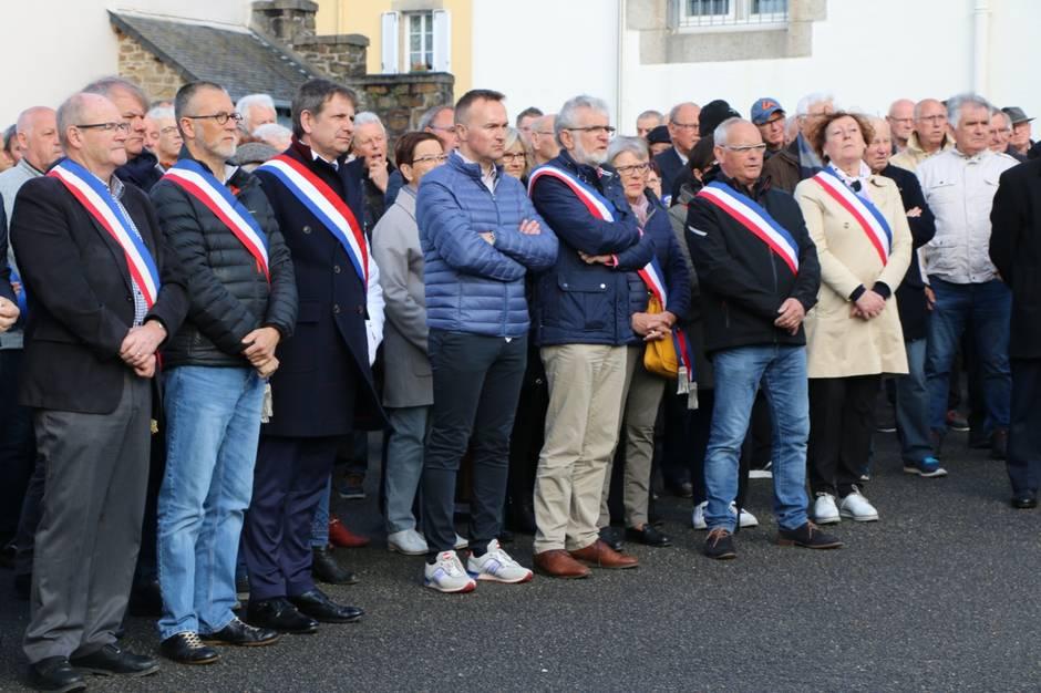 586141153bd90a5782fd0dc1896e6520-en-images-tags-haineux-landivisiau-250-personnes-en-soutien-aux-gendarmes_71