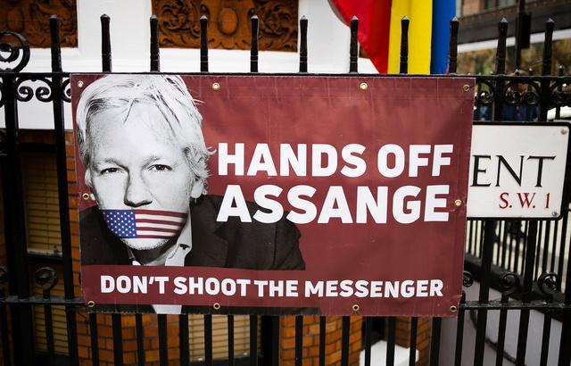 640x410_une-affiche-en-faveur-de-julian-assange-sur-la-grille-de-l-ambassade-d-equateur-a-londres-le-6-avril