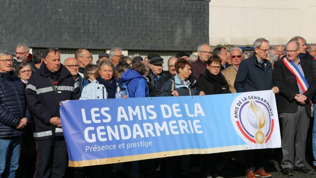 b457ca08d445e94a733d632353b2bc67-en-images-tags-haineux-landivisiau-250-personnes-en-soutien-aux-gendarmes_69