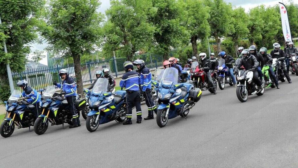 20c0a3d53c71f2f412386a53970ea983-orne-ici-ils-sont-des-motards-pas-des-gendarmes_7
