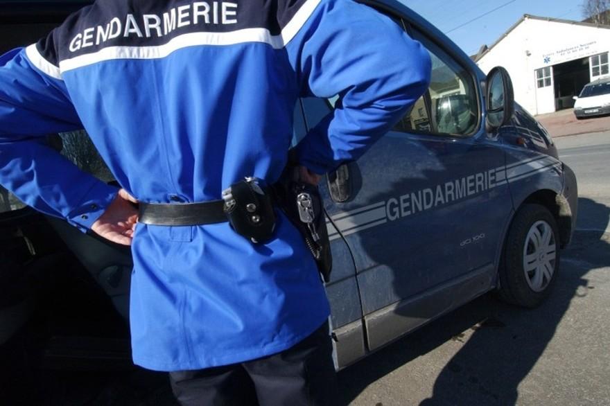 7797564604_une-patrouille-de-gendarmerie-illustration