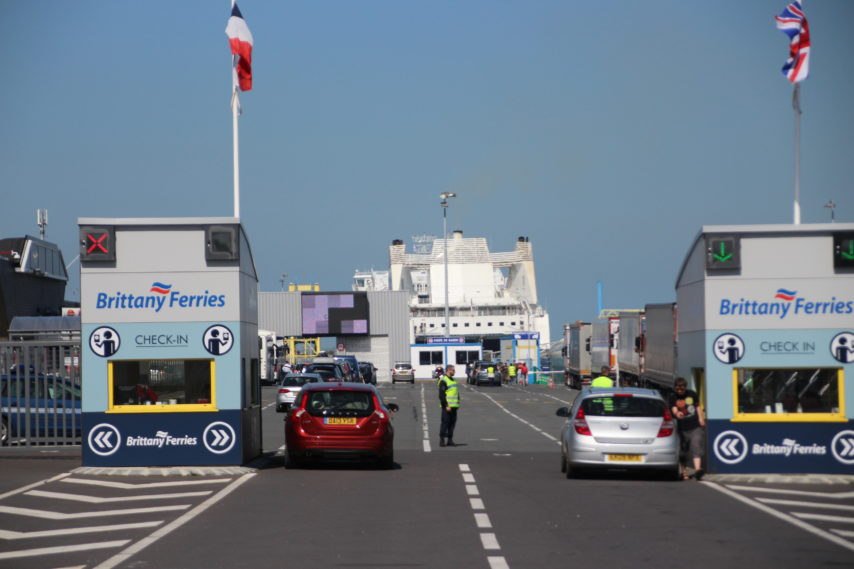 Controle-gare-maritime-Ouistreham-ferry-854x569
