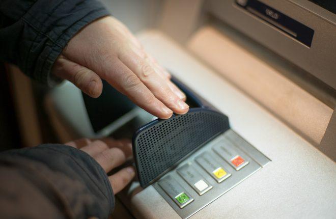 Un-distributeur-automatique-de-billets-660x430