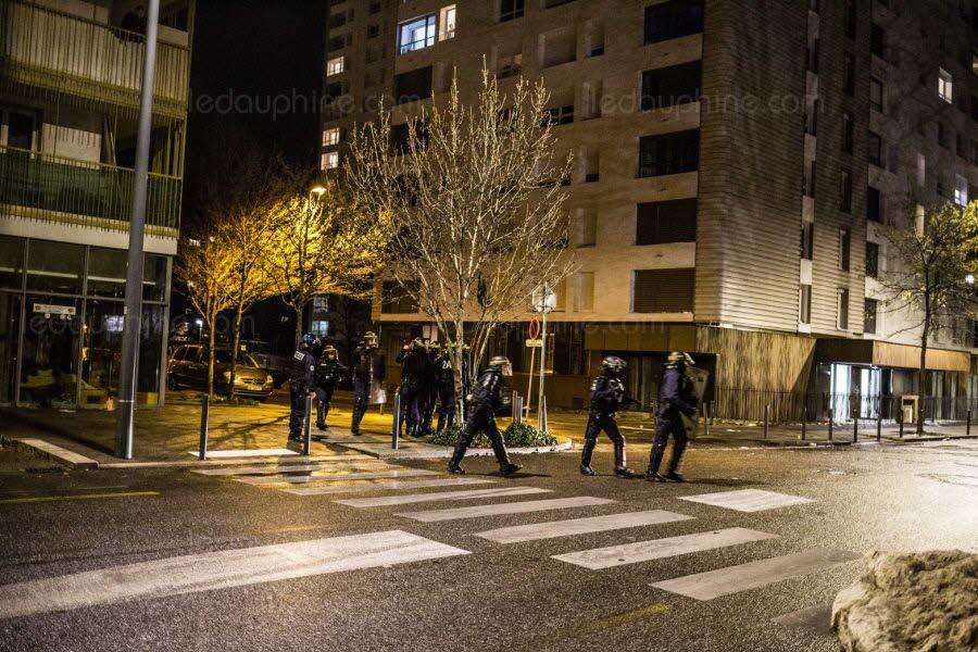 les-policiers-disent-se-sentir-aujourd-hui-denigres-par-les-concitoyens-une-marque-de-defiance-qu-ils-interpretent-comme-le-rejet-de-toute-forme-d-autorite-emanant-de-l-etat-archives-photo-le-dl-etienne-bouy-1559498817