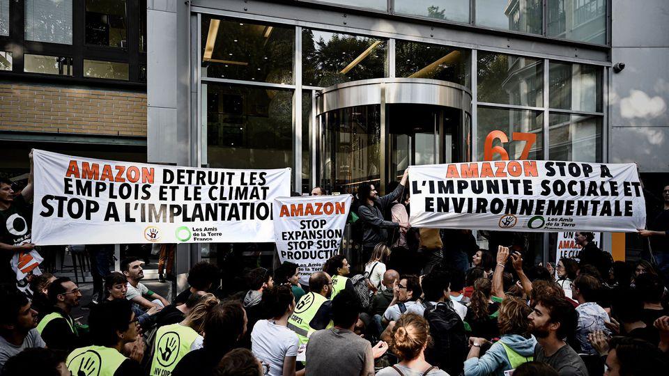 blocage-d-un-site-d-amazon-par-des-militants-de-l-ong-amis-de-la-terre-le-2-juillet-2019-a-clichy-pres-de-paris_6195482