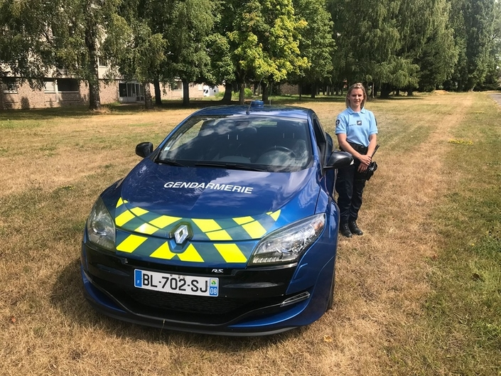 S1-gendarmerie-une-premiere-femme-au-volant-de-la-renault-megane-rs-599865
