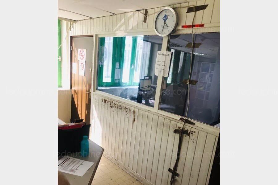 le-syndicat-quot-policiers-en-colere-quot-denonce-la-vetuste-des-locaux-du-commissariat-d-albertville-notamment-en-periode-de-canicule-photo-dr-1564761196