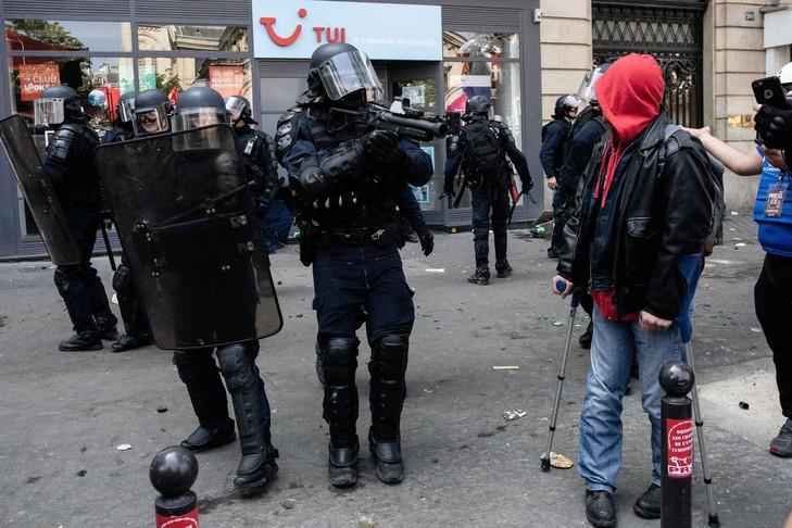 policier-equipe-LBDde-manifestation-1er-Mai-Paris_0_729_486
