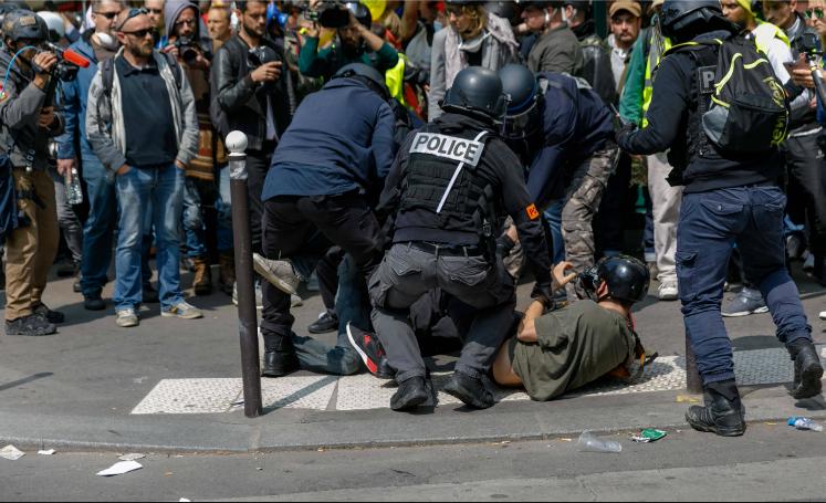 macron-violences-policieres-castaner-gilets