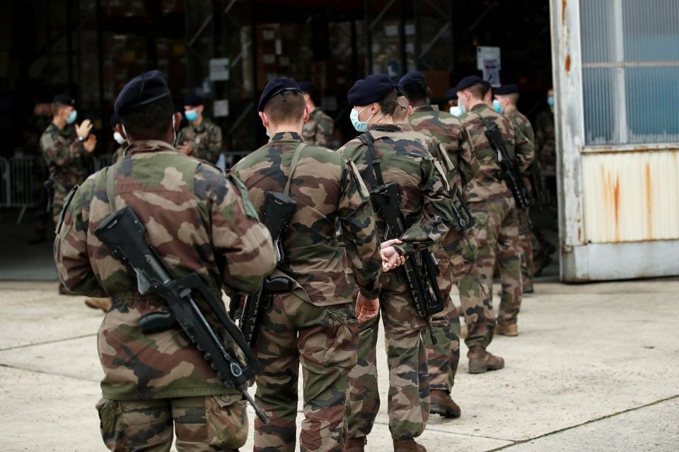 1347590-checknews_french-ground-army-soldiers-arrive-at-the-military-transit-zone-to-collect-their-equipment