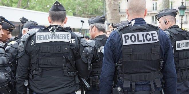 Un-gendarme-mobile-et-un-policier-le-18-mai-2016-à-Paris-face-aux-opposants-à-la-manifestation-«-contre-la-haine-anti-flic-»-organisée-par-des-syndicats-policiers.-Photo-dillustration-M.GLEssor.-660x330