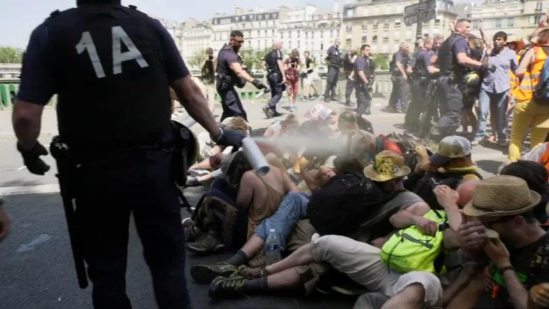 crs-pont-de-sully-manifestants-lacrymogene