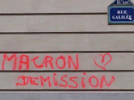 722px-graffiti_anti-macron_rue_galilee_paris_16e-722x475