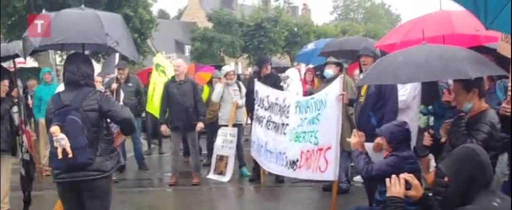 Plus de 10 000 Bretons ont manifesté contre le pass sanitaire ce samedi [Vidéo] (2 articles + 1 vidéo)